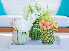 Цветы в вазе из фруктов