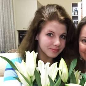 Счастливые получательницы с букетами лилий - фото