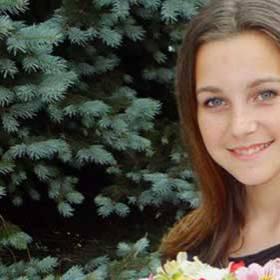 Девушка с букетом из роз, альстромерий и хризантем - фото