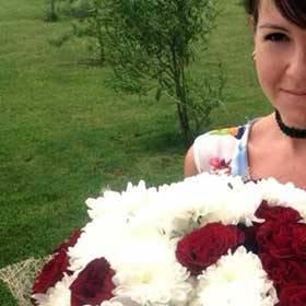 Получательница с букетом из роз и хризантем - фото