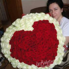 Получательница с букетом из роз в форме сердца -фото