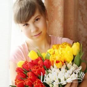 Девушка с букетом разноцветных тюльпанов - фото