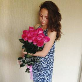 Девушка с букетом розовых импортных роз - фото