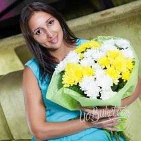 Свежий букет хризантем в белых и желтых тонах для получательницы - фото