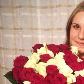 Красные и белые розы для девушки - фото