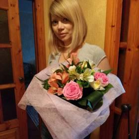 Девушка с букетом из роз и альстромерий - фото