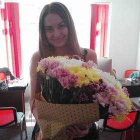 Девушка с разноцветными хризантемами - фото