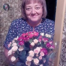 Получательница с букетом кустовых роз - фото
