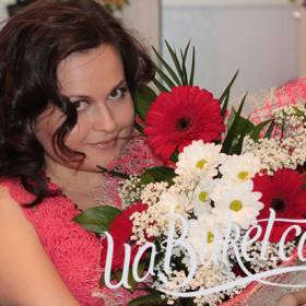 Девушка с букетом гербер и хризантем - фото