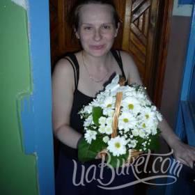 Корзина белых хризантем для получательницы - фото