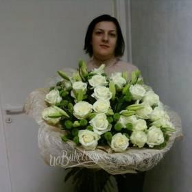 Девушка с букетом белых роз и зеленой хризантемы - фото