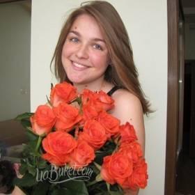 Девушка с букетом оранжевых роз - фото