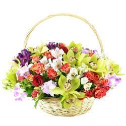 Корзина цветов с прекрасной орхидеей.jpeg