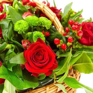 идеальные бутоны красных роз в корзине.jpeg