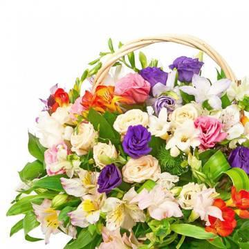 майский цветочный букет из роз и фрезий.jpeg