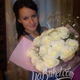 Девушка с белыми розами в руках - фото