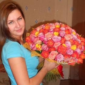 Именинница с букетом разноцветных роз - фото