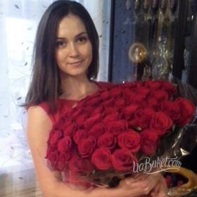 Девушка с красными розами - фото