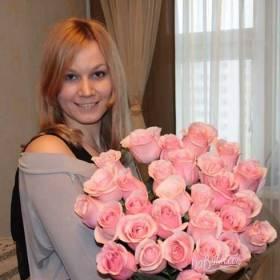 Девушка с букетом розовых роз - фото