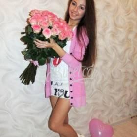 Розовые розы с доставкой для девушки - фото