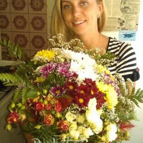 Получатель с букетом кустовых роз и хризантем  - фото