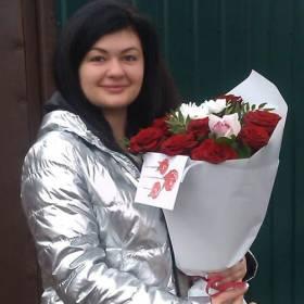 Получательница с букетом из роз и орхидей - фото