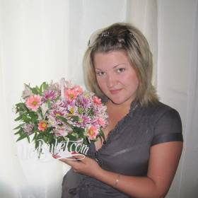 Девушка с корзинкой хризантем - фото