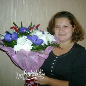 Получательница с букетом хризантем и орхидей - фото
