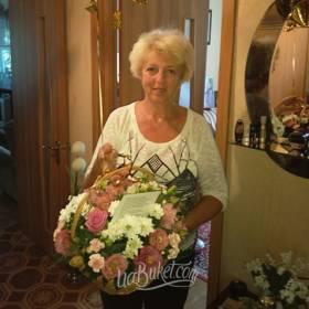 Сборная корзина цветов для получательницы - фото