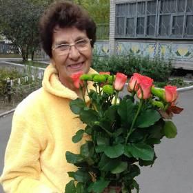 Именинница с букетом из роз и хризантем - фото