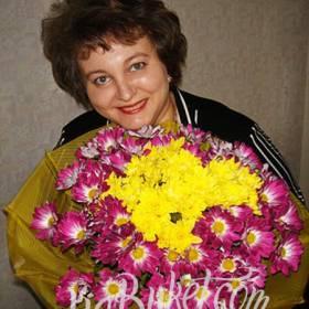 Получатель с букетом хризантем - фото