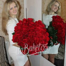 Большой букет красных роз для именинницы - фото