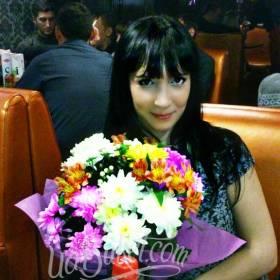 Получательница с букетом хризантем и альстромерий - фото
