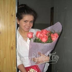 Розовые розы в флористической бумаге для счастливой получательницы - фото