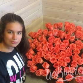 Милая получательница с букетом оранжевых роз - фото