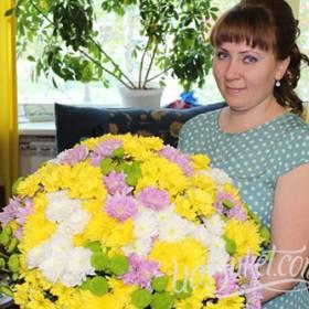 Именинница с большим букетом разноцветных хризантем - фото