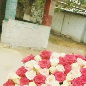 Девушка с букетом красных и белых роз - фото