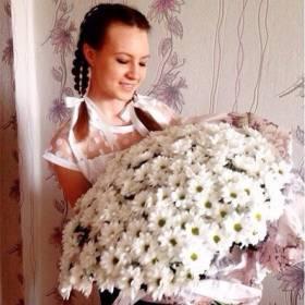 Девушка с роскошным букетом белых ромашек - фото