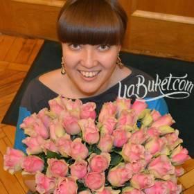 Счастливая получательница с букетом импортных роз - фото