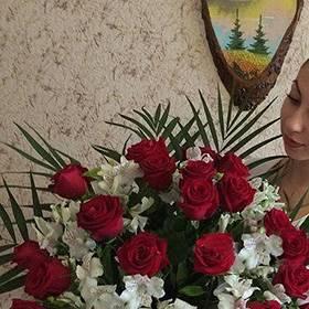 Девушка с букетом роз и альстромерий и белым медведем - фото