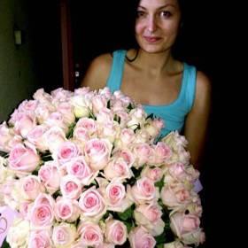 Роскошный букет роз для милой девушки - фото