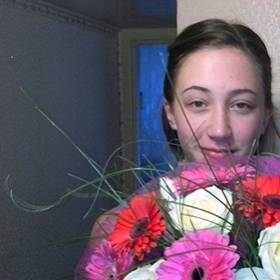 Девушка с букетом из роз и гербер - фото