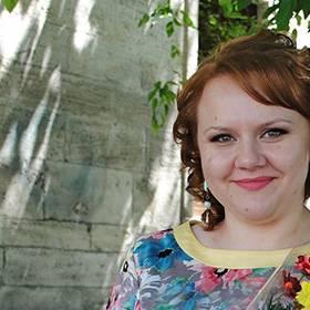 Получательница с букетом хризантем - фото