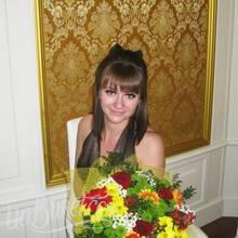 Девушка со сборным букетом - фото