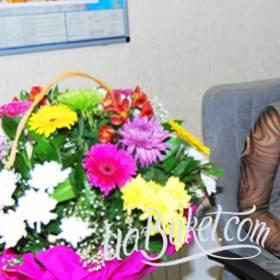 Получательница с корзиной хризантем и гербер - фото