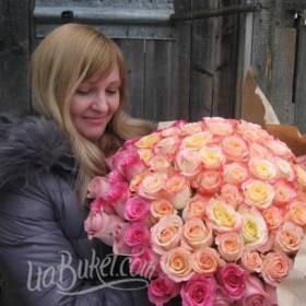 Девушка с нежным букетом из роз - фото