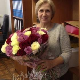 Букет разноцветных роз с доставкой для коллеги - фото