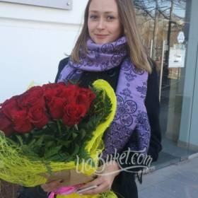 Красные розы в упаковке для любимой жены - фото