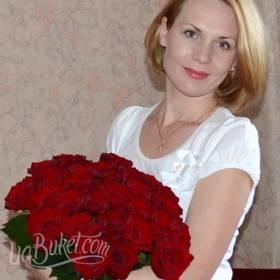 Получательница с букетом из красных роз - фото