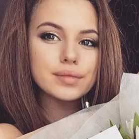 Девушка с букетом белых тюльпанов - фото